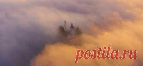 «Плывущая в облаках» «Церковь святого Томаша в Словении, хоть и стоит на холме, но очень часто бывает окружена туманами, а порой и вовсе погружается в них», – вспоминает Владимир Кушнарев (nat-geo.ru/community/user/119690).