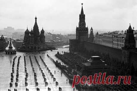 24 июня 1945 года на Красной площади в Москве состоялся парад Победы в Великой Отечественной войне. Посмотреть на фотографии можно в архивной галерее.