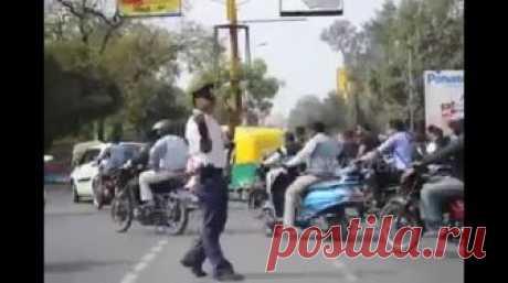 Танцующий полицейский Индии распространяет осведомленность о дорожном движении, уменьшает несчастные случаи Дорожный полицейский в Индауре, Индия, который танцует свой путь к управлению движением, хватал заголовки.