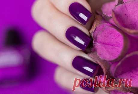 Идеи маникюра фиолетового цвета с фото на короткие и длинные ногти.  Ни один новый сезон не обходится без маникюра в фиолетовых тонах. Этот цвет из года в год не перестает поражать многогранностью и уникальностью фактуры, что позволяет женщинам создавать яркие и эффектные луки. Данный цвет порадует модниц огромным многообразием тонов и оттенков, поэтому сможет ответить запросам всех без исключения женщин. К тому же, он прекрасно сочетается с другими цветами, как пастельными, так и яркими.