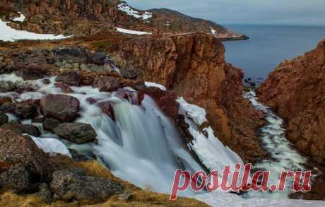 Водопад около села Териберка, Россия. Автор фото — Станислав Казнов: nat-geo.ru/photo/user/24745/