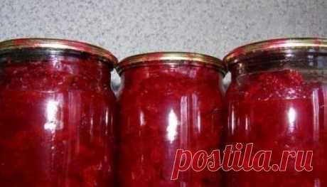 Изумительная закуска из свеклы на зиму    Ингредиенты:  2,5 кг свеклы 0,5 кг моркови 0,5 кг репчатого лука 0,5 кг кислых яблок 2 — 3 ложки томатного соуса 250 г растительного масла 1,5 ст. л. соли или по вкусу  Приготовление:  Свеклу и мор…