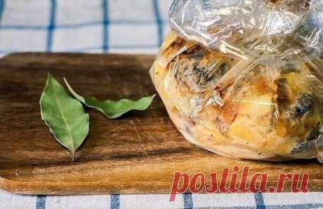 Запеченная картошечка с грибами и сметаной Картошка с грибами - традиционно русское блюдо. Будем не жарить, а запекать, добавим сметанки и специй. От этого она станет только полезней и ароматней. Запеченная в рукаве, картошка по максимуму впитает все соки и запахи. И сковородку мыть не надо :) Ингредиенты: Картошка - 5-6 шт Грибы - 500 гр (у меня шампиньоны, но можно взять лисички или вешенки ) Морковка - 1 шт Жирная сметана - 3 ст.л. Масло оливковое для обжарки Специи по вкусу: Сушеная паприка
