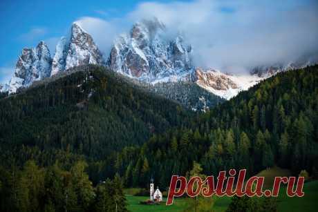 Маленькая церквушка в горах