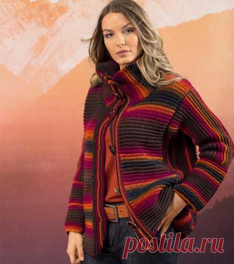 Жакет с высоким воротом В основе дизайна этого жакета на пуговицах — смена направления вязания, благодаря чему цветные полосы выглядят эффектнее и оригинальнее.Журнал «Verena.