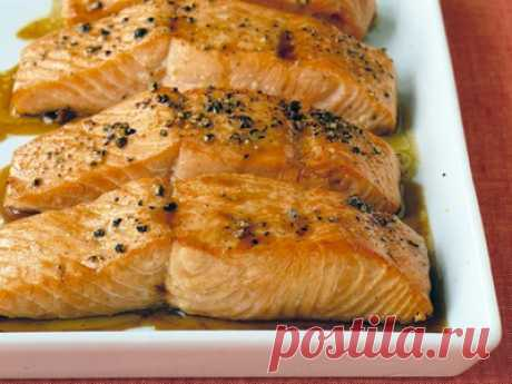 Лосось, запеченный под соевым соусом - нарезать, смазать соусом и поставить в духовку - ужин готов!