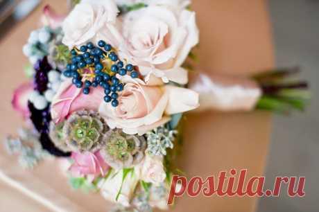 Букет невесты – это важная и яркая деталь её образа в этот незабываемый день. Мы точно знаем, что Вы долгие годы после свадьбы будете его вспоминать, увидев любой другой букет. Именно поэтому Ваш букет невесты должен быть неповторимым и необыкновенным. Таким его могут сделать казалось бы неподходящие для этого элементы: ягоды, сухоцветы, перья и суккуленты, о которых мы сегодня поговорим, а поможет нам в этом флористическая студия «Бутоны и Лепестки». Желаем приятного просмотра!