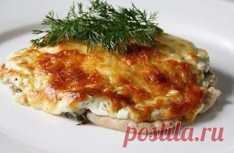 Отбивные из куриного филе в духовке с помидорами  Ингредиенты: Филе грудки — 600 Грамм Сыр — 100 Грамм Показать полностью…