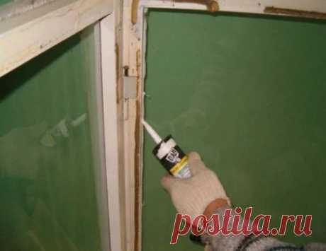 Как правильно заделать щели в окнах Щели в окнах, будь то деревянные окна или пластиковые стеклопакеты, рано или поздно могут появиться. Это доставляет определенный эстетический дискомфорт. К тому же холод в доме не понравится ни кому. Главной причиной такой напасти может стать неправильная установка окон. Мало купить подоконник ПВХ и нанять мастеров, чтобы они установили новые окна. Важно также проследить за тем, соблюдена ли технология установки окон в доме.