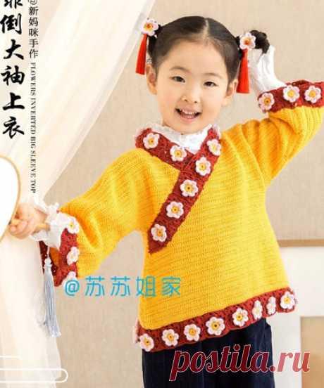Пуловер-кимоно для девочки Вязаный крючком пуловер-кимоно с цветочной отделкой для девочки. Схема