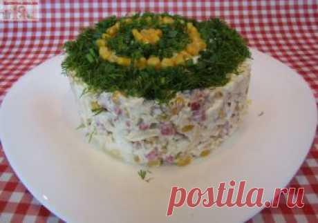 Салат с копченой колбасой и кукурузой Салат с копченой колбасой и кукурузой – быстрый в приготовлении и вкусный. Ингредиенты, входящие в его состав, прекрасно сочетаются, он отлично смотрится на праздничном столе.  Ингредиенты: — копченая…