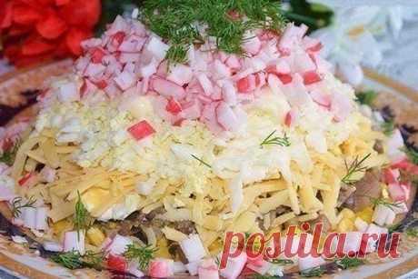Салат с крабовыми палочками и грибами рецепт с фото как приготовить Салат с крабовыми палочками и грибами, рецепт которого мы сегодня рассмотрим, удивил меня своими вкусовыми качествами и простотой приготовления. Очень простые и сбалансированно подобранные ингредиенты, а также совсем немного времени, которое вам нужно будет потратить для приготовления этого крабового салата, делает его очень востребованным в своём роде. Также мне нравится экспериментировать, сделав слоёный...