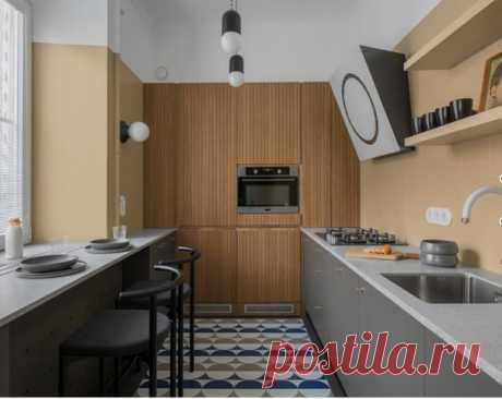 Маленькая отдельная, угловая кухня в стиле модернизм с врезной раковиной, плоскими фасадами, серыми фасадами, бежевым фартуком, техникой из нержавеющей стали, разноцветным полом, серой столешницей. Обеденный стол у окна - это лучшее решение.