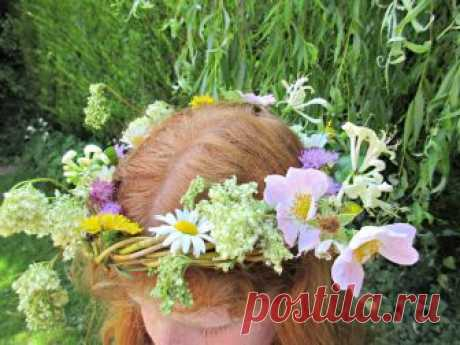 How to Weave a Beautiful Willow Crown • Craft Invaders In this simple tutorial, we show you how to weave a beautiful, rustic willow crown out of materials you can collect from your garden or out on a walk.