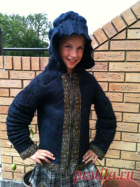 детская валяная курточка, декорирована флисом мохера, шелковыми волокнами и тесьмой. подклад цельноваляный.