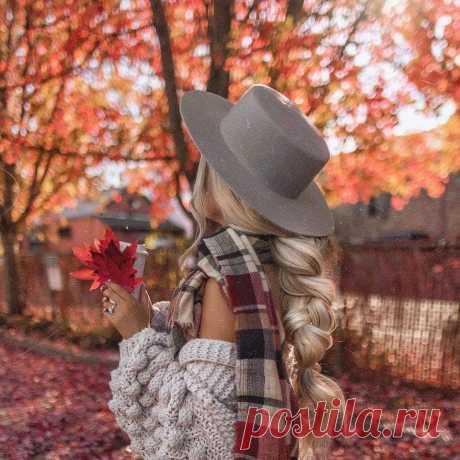 Осень — кофе, вкус корицы, Сладкий сон, пушистый плед, Недописанность страницы, Шоколадно-желтый цвет… Осень — это чай с лимоном, Постоянные простуды, Это куртка с капюшоном, И погодные причуды… Осень — это ранний вечер, Звон натянутой струны, Это метеодиспетчер… В ожидании зимы…