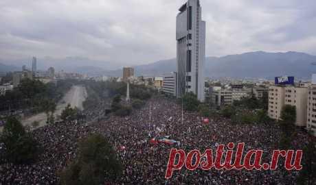 В Сантьяго 1,2 миллиона человек вышли на акцию протеста. Это четверть всего города Крупнейшие беспорядки за 30 лет.