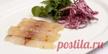 Соленый морской окунь с яблочно-свекольным салатом   TELNEWS Ингредиенты для засолки рыбы 2 филе морского окуня без костей, 570 мл. настоящего эля, 600 грамм морской соли, 400 грамм сахарной пудры. для салата 1 …