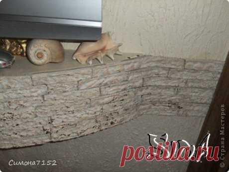 Процесс декорирования стены камнем из бумаги.