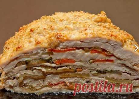 """КУРИЦА """"УДИВИ ГОСТЕЙ"""".  Вкуснейшее и оригинальнейшее блюдо - готовится из простых продуктов, а выглядит - как деликатес из шикарного ресторана. Можно делать порционно - одна куриная грудка на порцию, но мне кажется, что вкуснее и сочнее получается, когда всё готовится одним большим слоёным куском.  Ингредиенты (порция, примерно, на двоих): Грудка куриная филе - 500 г, Морковь средняя - 2 шт, Лук репка средний - 1 шт, Картофель не очень крупный - 2-3 шт, Масло раст.,..."""