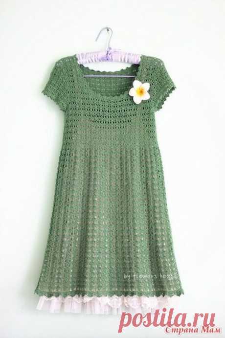 Зелёное ажурное платье с завышенной талией