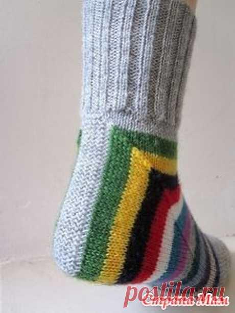 Интересное решение (носки) Вот такие интересные носочки увидела я на равелри!  Описание бесплатное, но яндекс-переводчик так переводит, что пыхтеть и пыхтеть!
