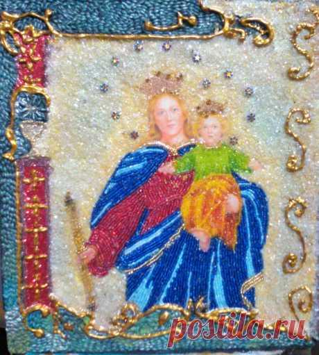Virgen de Maria Auxiliadora decorada con chaquiras y vidrio molido