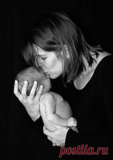 За день до своего рождения ребёнок спросил у Бога: - Я не знаю, зачем я иду в этот мир. Что я должен делать? Бог ответил: - Я подарю тебе ангела, который всегда будет рядом с тобой. Он всё тебе объяснит. - Но как я пойму его, ведь я не знаю его язык? - Ангел будет учить тебя своему языку. Он будет охранять тебя от всех бед. - Как и когда я должен вернуться к тебе? - Твой ангел скажет тебе всё. - А как зовут моего ангела? - Неважно как его зовут, у него много имён. Ты будешь называть