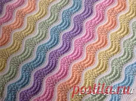 Разноцветный волнистый узор спицами