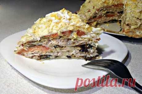 La torta blinnyy con la gallina, las setas y el queso