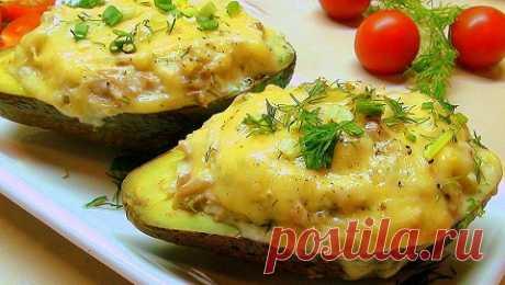 Запеченный авокадо с креветками и сыром - проверенный рецепт Очень простой и в тоже время очень вкусный рецепт запеченного авокадо с креветками и сыром. Блюдо получается нежным по текстуре, очень ароматным и сытным.