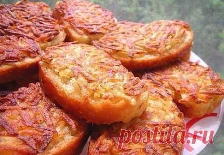7 рецептов горячих бутербродов  1. Горячие бутерброды с картошкой  Ингредиенты: - 3-4 картофелины - соль - перец - хлеб - масло для жарки  Приготовление: 1. Натереть сырой картофель на тёрке и посолить-поперчить по вкусу, нарезать хлеб или батон не толсто, сверху тоже не толстым слоем разложить ровненько картофель.  2. Стороной, на которой картофель, аккуратно выложить на сковороду с разогретым подсолнечным маслом, обжарить до золотистого цвета.  3. Переворачивать и обжари...