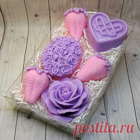 Подарочный набор мыла ручной работы с розовыми клубниками