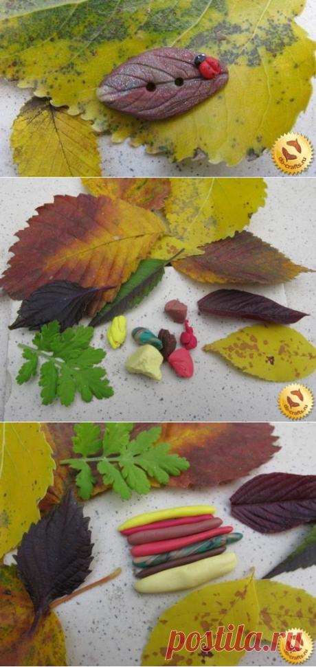 Пуговица в форме листика из полимерной глины