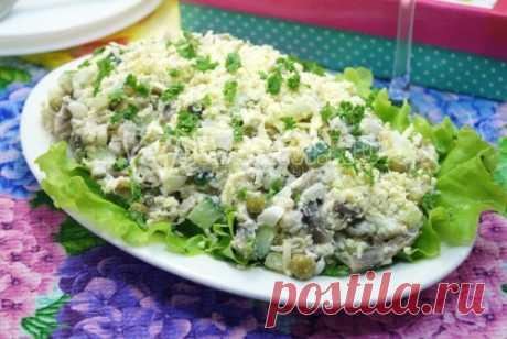 Салат «Лира» Этот вкусный салат с обжаренными шампиньонами и курицей станет желанным гостем на любом праздничном столе.