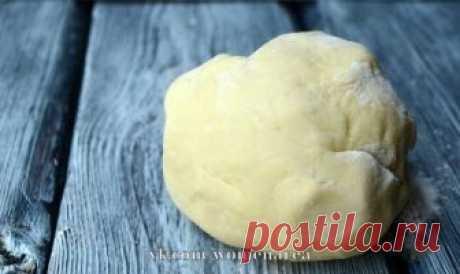 Заварное тесто на чебуреки с пузырьками  Ингредиенты:  Мука — 300 г Вода — 150 мл Яйцо — 1 шт. Водка — 1 ст. л. Растительное масло — 1 ст. л. Соль — 0,5 ч. л.  Приготовление:  1. Смесь из воды, соли и масла поставьте на огонь в кастрюле. Доведите её до кипения. 2. Сразу снимите кастрюлю с огня и добавьте 0,5 стакана муки. Быстро перемешайте, чтобы не было комков. Оставьте массу на 15 минут остывать. 3. Добавьте водку и яйцо. Перемешайте. 4. Введите оставшуюся муку. 5. Заме...