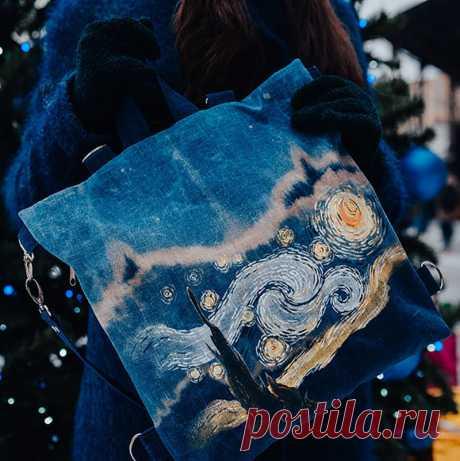 Звездная ночь и синяя мгла: новая сумка-рюкзак Лен – популярный и модный текстильный материал, который выглядит эффектно, добавляя образу аутентичности. Предлагаем вам вот такой авторский рюкзак, пошитый из этой натуральной ткани. От него словно веет ночной прохладой затерянного мира, потонувшего в звездной, синей мгле. Фантастическая художественная роспись выполнена в романтическом стиле и смотрится очень нежно, красиво. Покупайте рюкзак на портале M-Sweet!