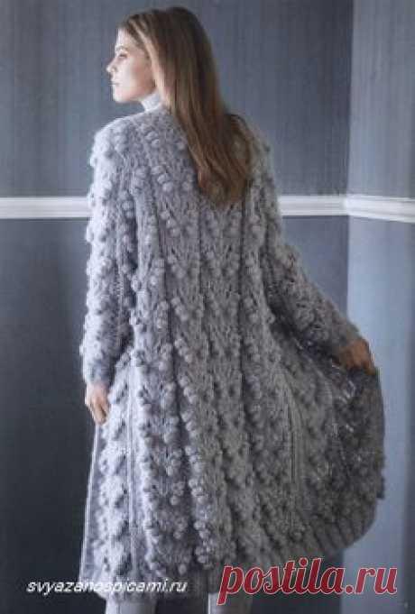 Подробное описание, как связать красивым ажурным узором с шишечками нарядное женское пальто.