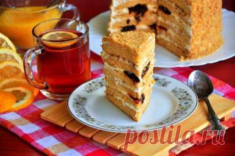 Медовик со сметанным кремом, черносливом и грецкими орехами — Готовим дома