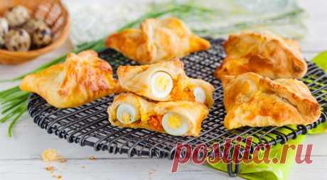 Конвертики с морковью и яйцами - ПУТЕШЕСТВУЙ ПО САЙТУ. ИНГРЕДИЕНТЫ готовое слоеное тесто – 500 г соль, свежемолотый черный перец вареные перепелиные яйца – 16 шт. растительное масло – 3 ст. л. куриное яйцо – 1 шт. луковица – 1 шт. нарезанная петрушка – 1 ст. л. морковь – 800 г ПОШАГОВЫЙ РЕЦЕПТ ПРИГОТОВЛЕНИЯ Шаг 1 Овощи очистить. Морковь …