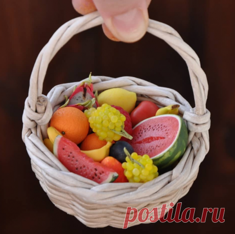 Корзинка с полимерными фруктами для декора