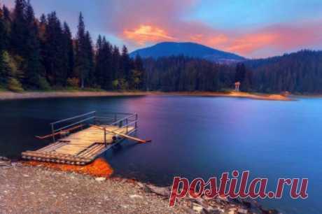 Синевирское озеро считается жемчужиной Карпат и является самым интересным объектом Национального парка «Синевир». Его водное зеркало имеет площадь 4-5 га, средняя глубина колеблется от 8 до 10 метров, а максимальная достигает 24 метров.