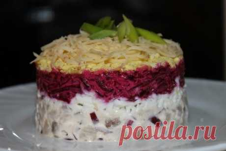 Original herring beet and cheese salad — tasty and simply \u000a\u000a\u000aObjedeniye!\u000a\u000a\u000a\u000a\u000a\u000a\u000a\u000a\u000a\u000aIngredients:\u000aFillet of a herring — 200 grammyayets — 2 shtukiluk napiform (red) — 1 shtukasvekl — 1 shtukasyr (grated) — 30 grammmayonezchesnok\u000aPreparation:\u000a\u000aTo cook beet and eggs to …