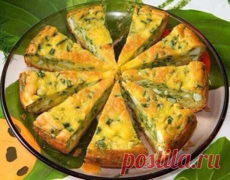 Быстрый Пирог с яйцами и зеленым луком  В сезон свежей зелени предлагаю приготовить не только вкусный, но и полезный пирог с зеленым луком и яйцами. Очень вкусно его подавать вместо хлеба к первым блюдам. Для приготовления пирога с яйцами и зеленым луком потребуется: Для теста: 4 яйца соль по вкусу 7 ст. л. муки 1/3 ч. л. соды 200 г сметаны 1 ст. л. майонеза. Для начинки: 6 вареных яиц большой пучок лука соль. Яйца взбить с солью. Добавить сметану и майонез. Перемешать.Добавить соду и муку. За