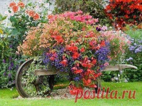 Тележка как элемент садового декора