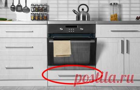 Нижний ящик вдуховке: зачем оннужен? У большинства электрических и газовых плит под духовкой есть ящик. Обычно его используют в качестве дополнительного места для хранения кухонной утвари. Хранят шампуры или сковороды, или запчасти от самой плиты...