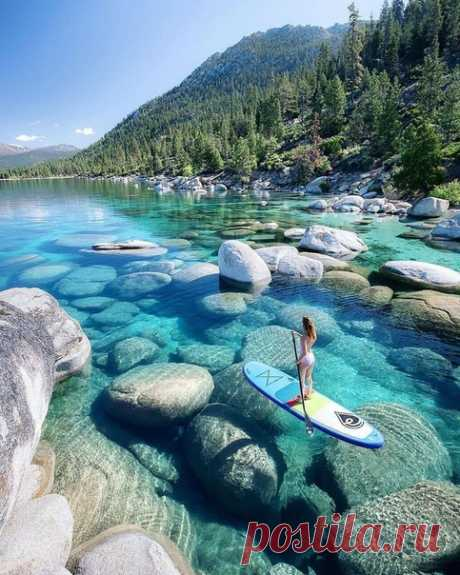 Озеро Тахо - это большое пресноводное озеро в горах Сьерра-Невада, расположенное на границе Калифорнии и Невады. Он известен своими прекрасными пляжами с чистой водой и горнолыжными курортами.
