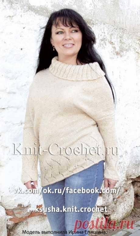 Вязанный спицами пуловер с асимметрией.