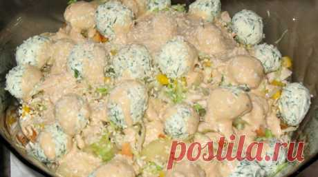 Греховно вкусный салат Продукты : Куриное филе — 180-200 г Кунжут — 2-3 ч. л. Пекинская капуста — 1,5 стакана Болгарский перец — 0,5 шт. Лук синий — 0,5 головки Кукуруза — 2 ст. л. Сырные шарики: Сыр фетакса — 70 г Чеснок — 1 зуб. Сушеный базилик — 0,5 ч. л. Укроп — по вкусу Для крутонов: …