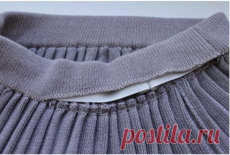 Мастер-класс: юбка плиссе на вязальной машине 5-го класса Основой полотна, на котором мы будем формировать сладки, служит переплетение «полный ластик». Это двухфонтурное вязание, поэтому нам понадобится передняя и задняя (основная) игольницы, основнаякаретка с плечом для двухфонтурного вязания и каретка для передней игольницы. В качестве дополнительных инструментов нам понадобится: планка для вязания тонких изделий на верхнюю фонтуру (вставляется между…